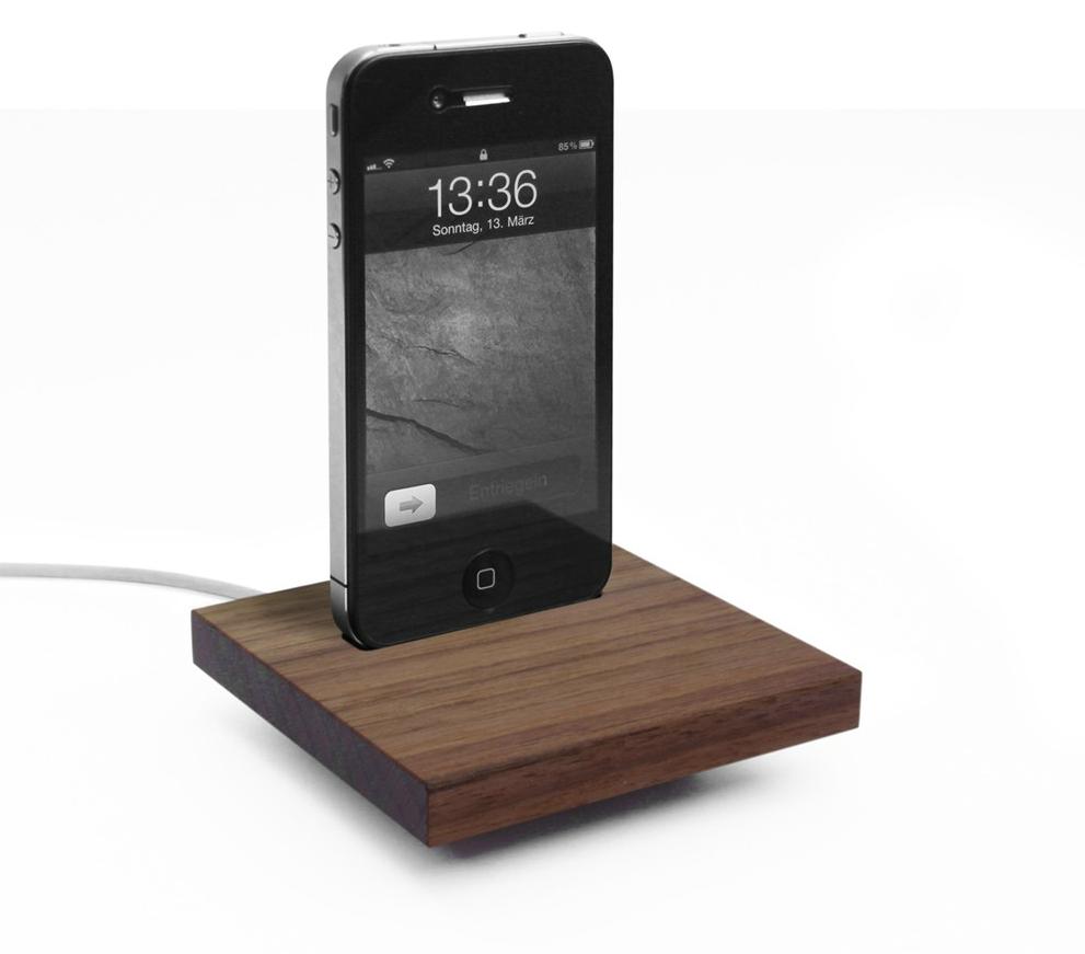 iPhone Docking-Station aus Nussbaumholz (Design: Alex Paul Finke und Jörg Zinser von dreizehngrad)