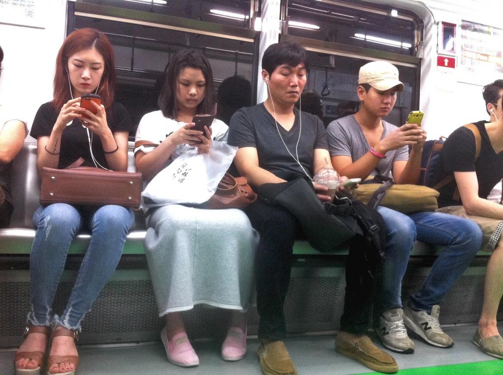 Willkommen in Seoul: Junge Koreaner nutzen den schnellen Mobilfunk oder das W-LAN (!) in der U-Bahn