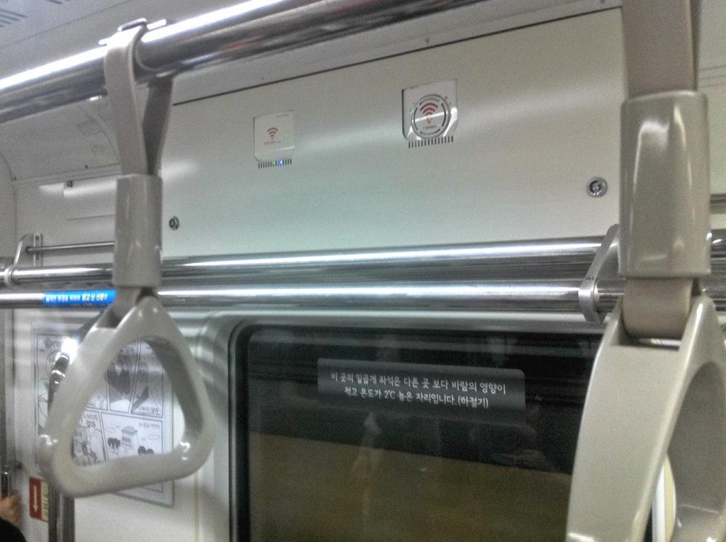 In den geräumigen, blitzsauberen U-Bahn-Waggons stehen zwei verschiedene WLAN-Netze zur Verfügung. Zusätzlich zu dem überall verfügbaren Mobilfunknetz, versteht sich. Hier die beiden Router.