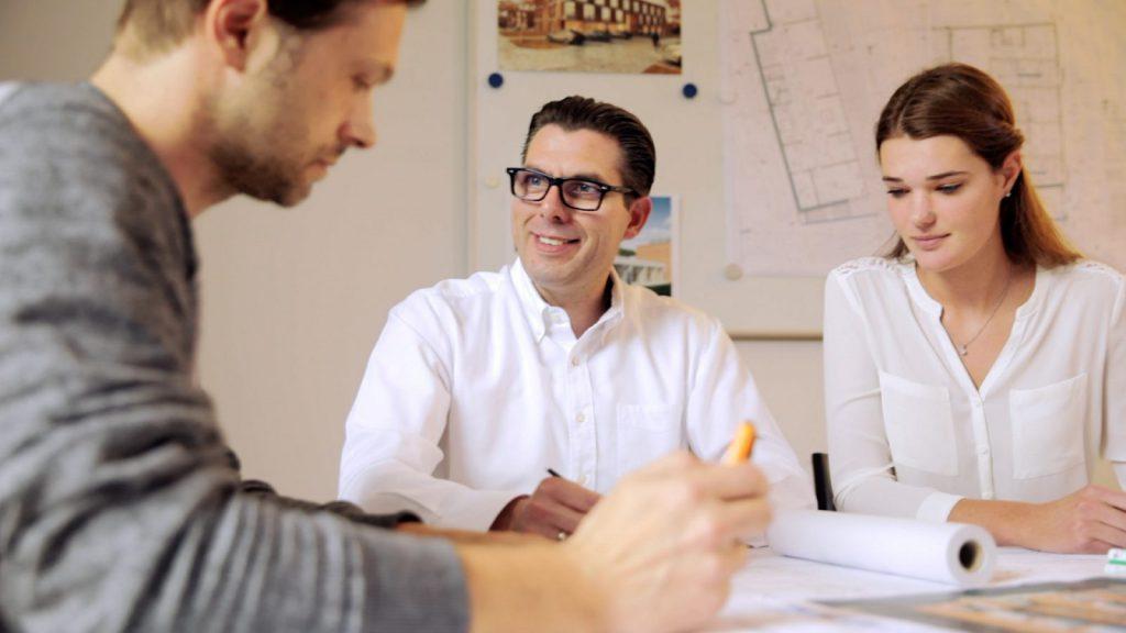 Projektbesprechung im Bremer Planungsbüro Italiano (Szene aus dem Unternehmensfilm, Foto: Fred Wagner)