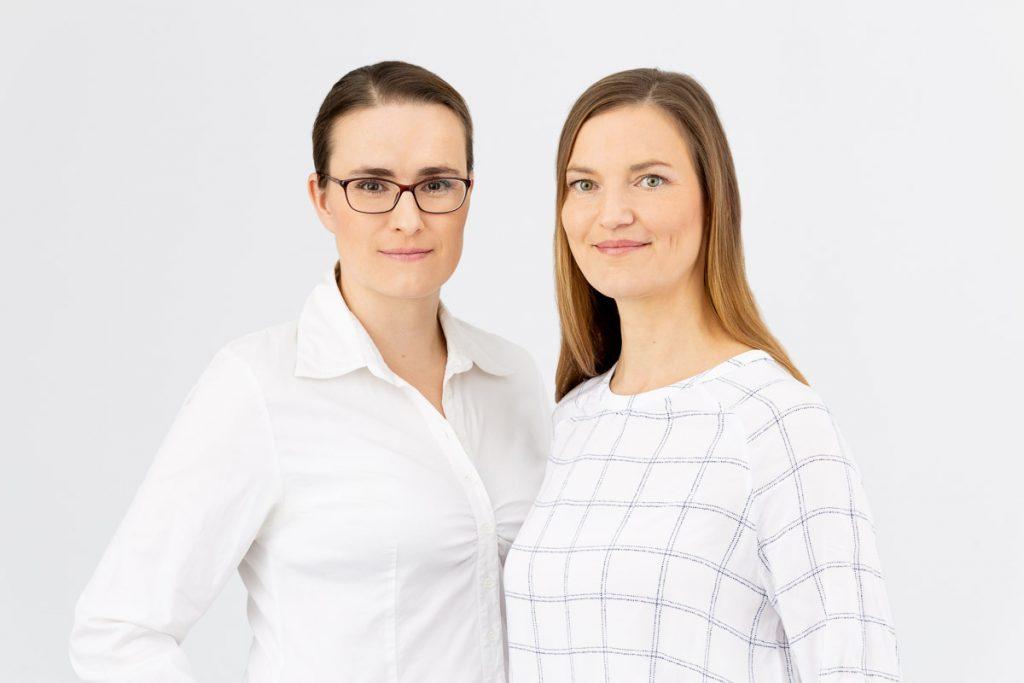 Die Gründerinnen von arbeiten übermorgen Dr. Katja Aue (Wirtschaftswissenschaftlerin) und Simone von Schönfeldt (Architektin, Organisationsberaterin, Baufachjournalistin) / Foto: Farbtonwerk, Berlin