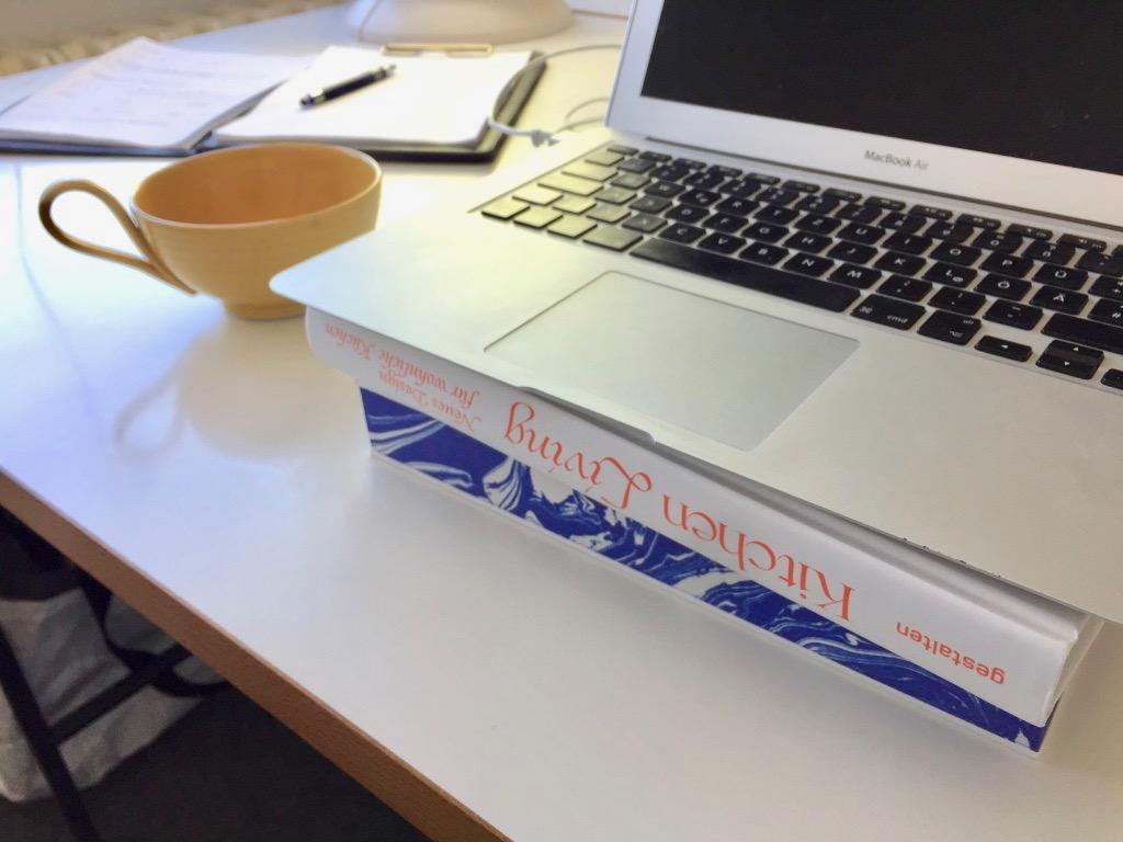 Soforthilfe: Mit ein paar dicken Büchern wird die Laptop-Kamera auf Augenhöhe gebracht (Foto: Eric Sturm)