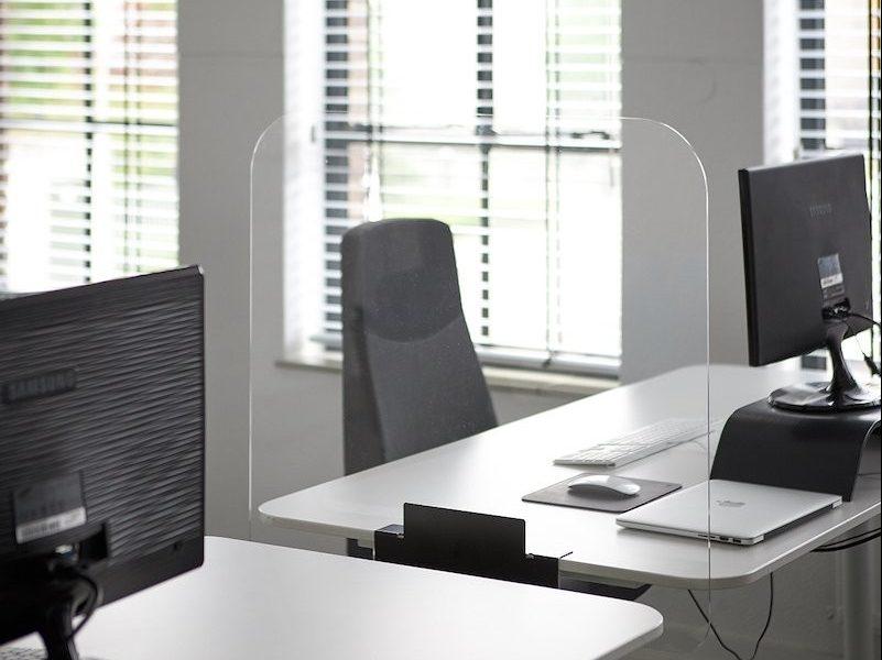 Kleiner Schreibtischschutz (Foto: acrylglasplattenshop.de)