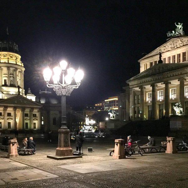 Gendarmenmarkt in Berlin-Mitte: Winterliche Abendstimmung (Foto: Eric Sturm)