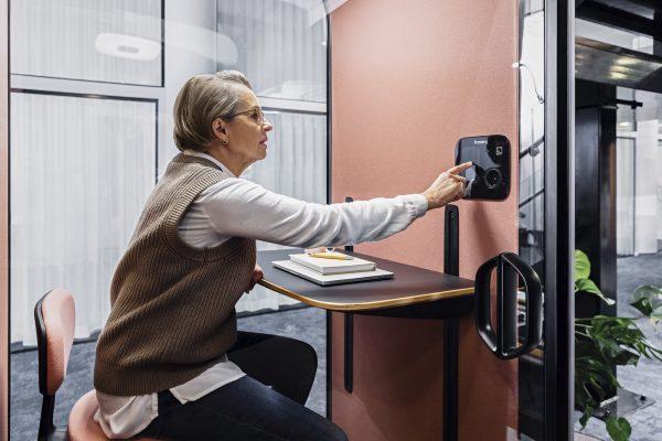 Die Framery One ist eine vernetzte Telefonbox für Video-Konferenzen und ungestörte Telefonate (Foto: Framery)