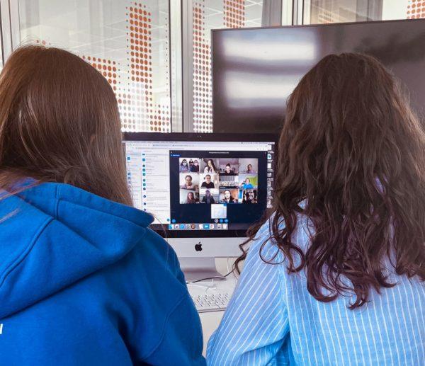 Clara Eisenbraun und Jana Blank bei der Ergebnispräsentation im Architekturbüro (Bild: Gaus Architekten)