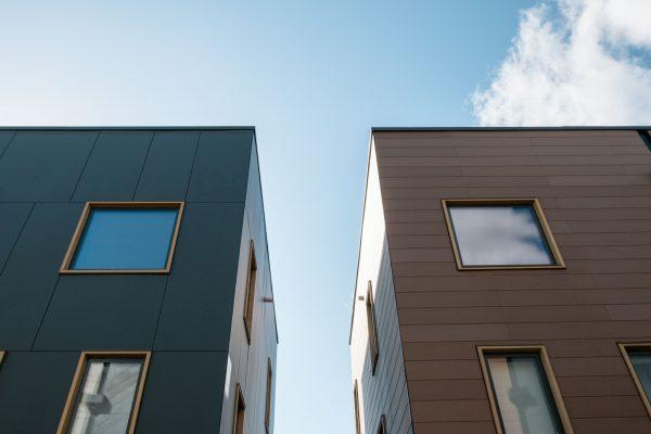 """Der """"Tag der Architektur"""" ist eine gute Gelegenheit, eigene Bauprojekte in der Öffentlichkeit zu präsentieren (Symbolbild Hausfassaden, Fotograf: Dan Burton / Unsplash)"""